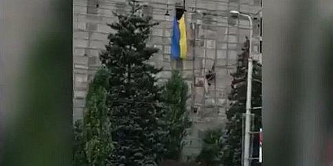 У центрі Донецька майорів прапор України й звучав гімн