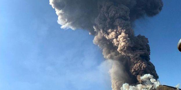На острові біля Сицилії – виверження вулкану: загинув турист, відбулась евакуація (фото)