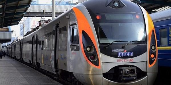 Швидкісний потяг «Інтерсіті» з маршрутом «Київ-Львів» зіткнувся з автомобілем