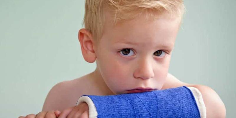 Дитина зламала в дитсадку обидві руки: батьки звинувачують у всьому політичну агітацію (відео)