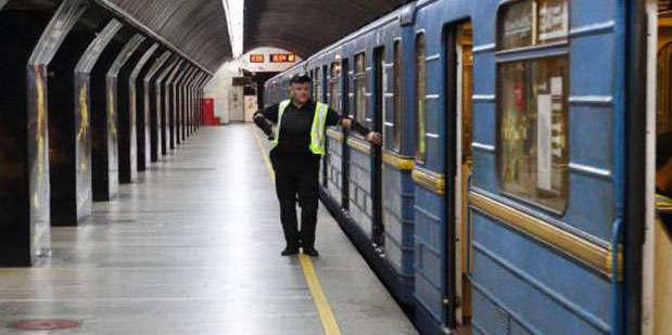 У Києві закривали 5 станцій метро: під потягом загинула жінка