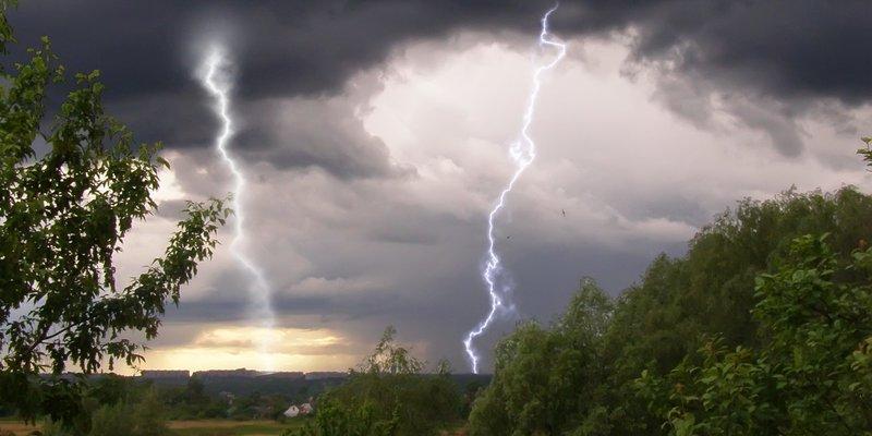 Погода на вихідні: Україну місцями накриють грозові дощі, температура до +26
