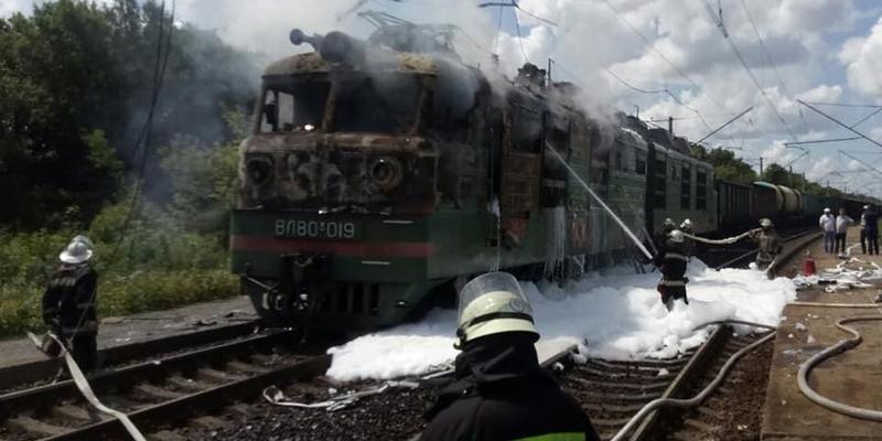 Під Харковом згорів електровоз (фото)