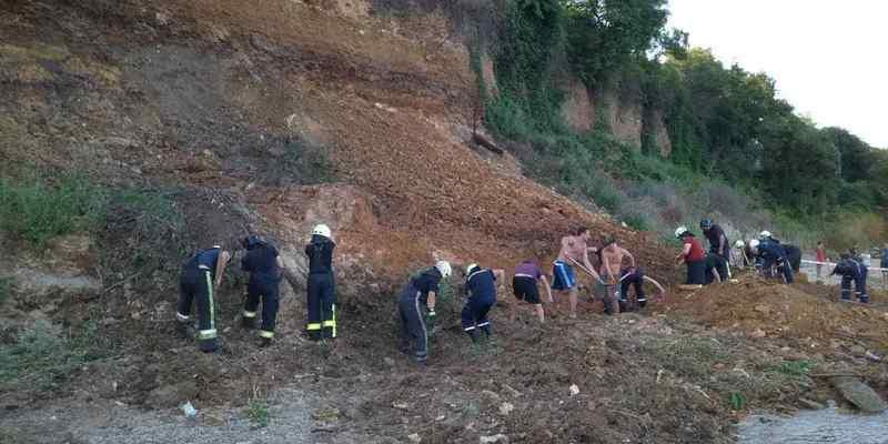 На пляжі Одеси стався зсув ґрунту, під завалами шукають людей
