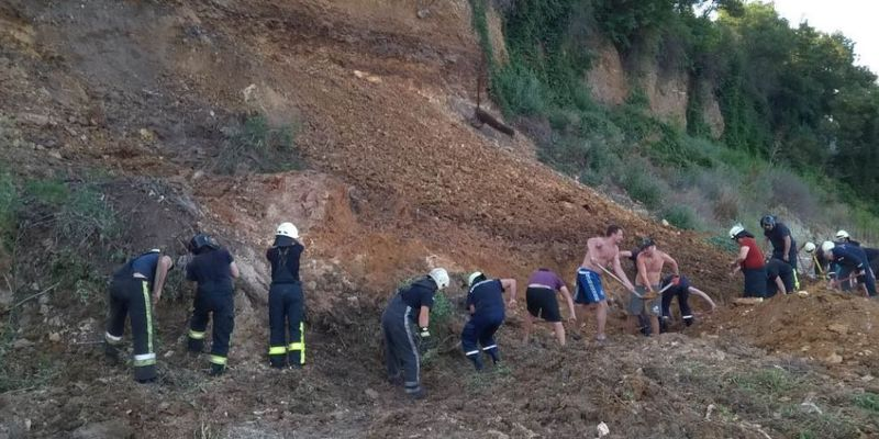 Зсув ґрунту на пляжі Одеси: рятувальники не виявили людей під завалами