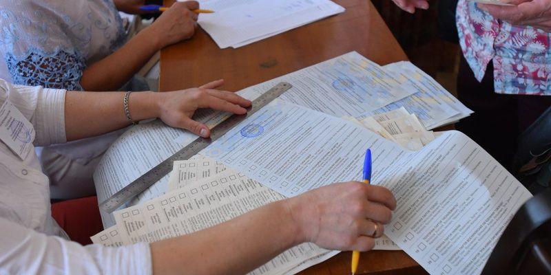 Презерватив, каструля та з'їдені бюлетені: дивні порушення на виборах в Раду (фото, відео)