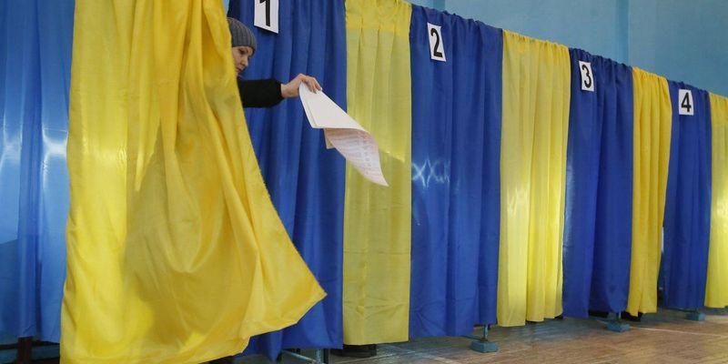 Дивацтва виборів: чоловік вийшов з кабіни для голосування зі спущеними штанами (фото)