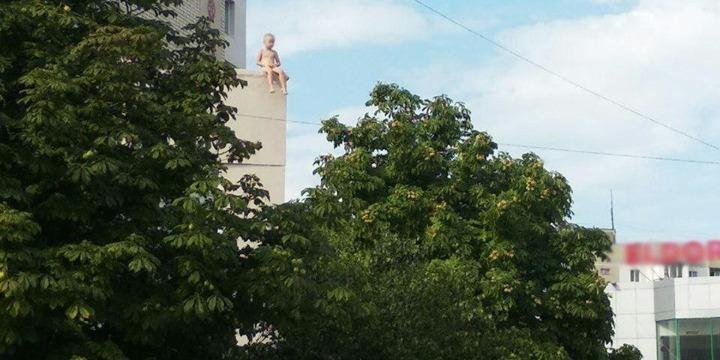 У Херсоні на дах магазину забрався 5-річний напівголий хлопчик