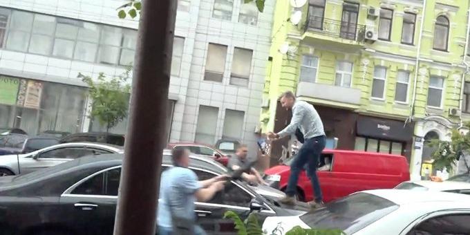 Після допиту в  ДБР на машину Порошенка застрибнув чоловік, сталася бійка