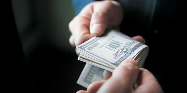 У Львові поліцейський отримав хабара у розмірі 12 тис. доларів
