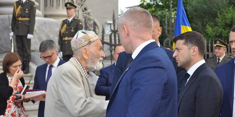 Історія про допомогу Президента України дідусеві виявилася фейком (фото)