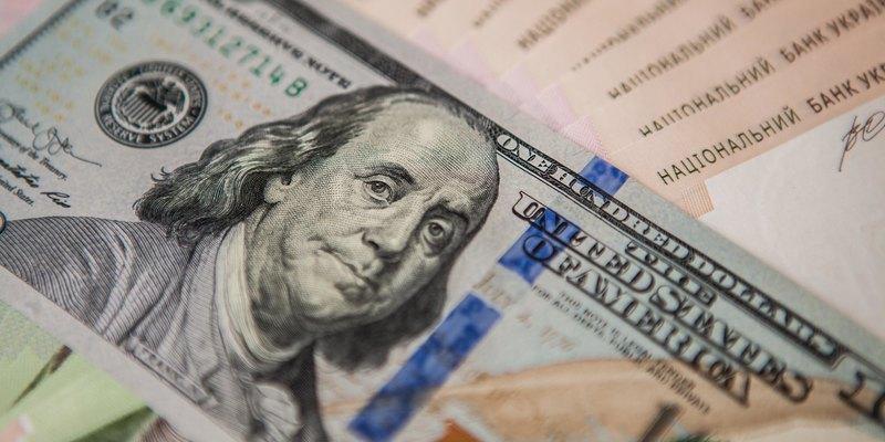 Долар летить у прірву: куди найвигідніше вкладати гроші