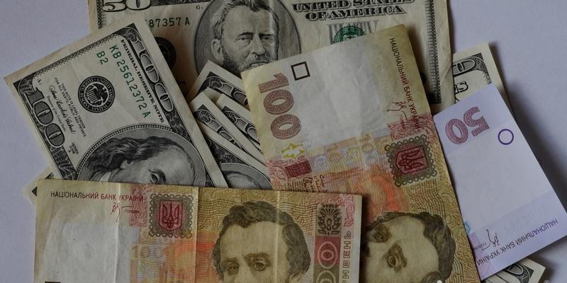 Долар на міжбанку впав нижче 25 гривень