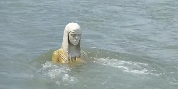У річці Прикарпаття помітили величезну жіночу статую