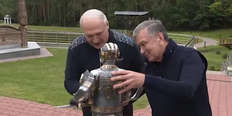 Президент Узбекистану подарував Лукашенку... скульптуру Лукашенка (відео)