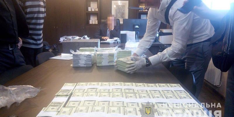 Топ-чиновників затримано на хабарі майже 1,5 мільйона доларів