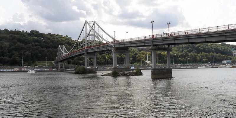 У Києві впала частина пішохідного мосту на Труханів острів (фото, відео)