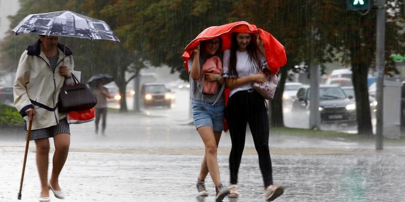 Гроза, шквали і град: синоптики попередили про погіршення погодних умов в Україні