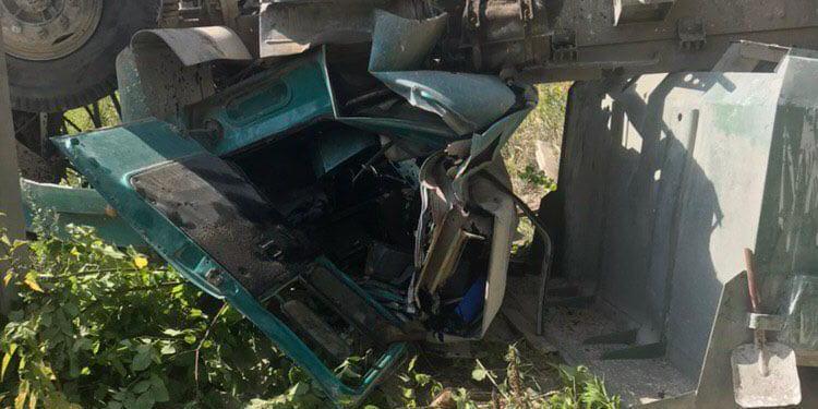 У Харкові вантажівка впала з моста