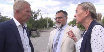 Представники «ЛНР» вдерлись до Станиці Луганської, заявили права на Щастя та штовхали журналістів (відео)