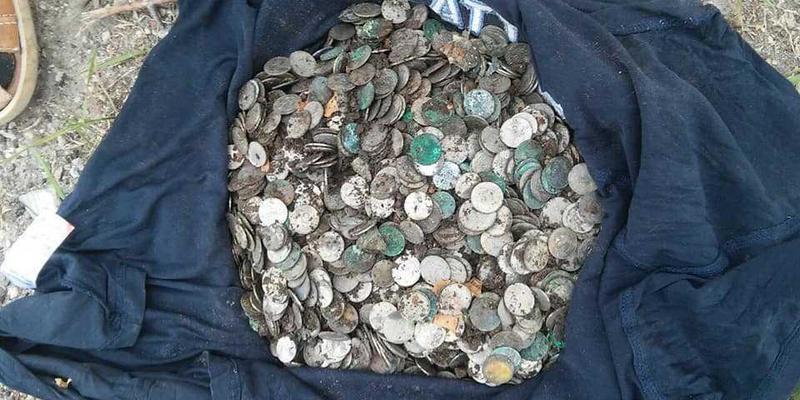 На Тернопільщині під час земляних робіт у монастирі знайшли 6 кг старовинних польських монет (фото)