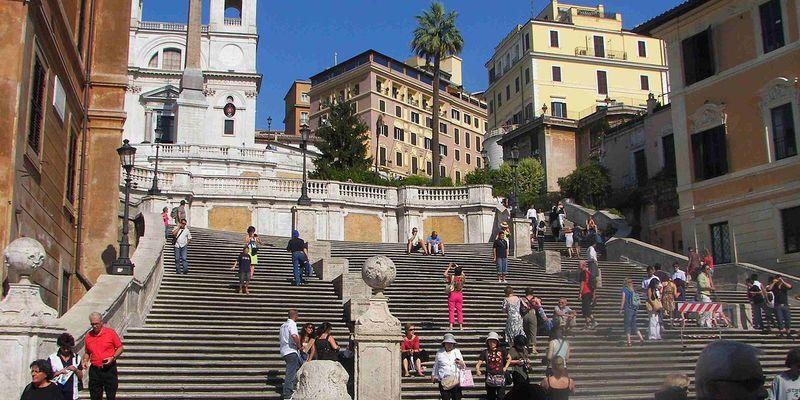 У Римі заборонили сидіти на знаменитих Іспанських сходах: штраф до 400 євро