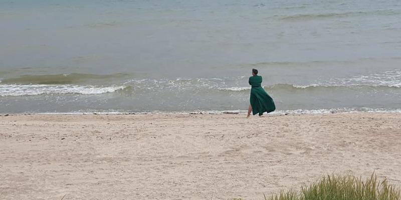Савченко влаштувала морську фотосесію у красивій сукні (фото)