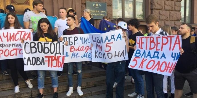 Порошенко прибув на допит до ДБР: його діти влаштували міні-мітинг (фото, відео)