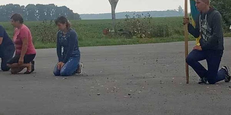 Зустріли Героя на колінах: під Житомиром зворушливо вшанували пам'ять убитого бійця ВСУ