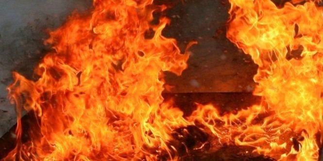 У Києві в годину пік вибухнула і згоріла дотла маршрутка (відео)