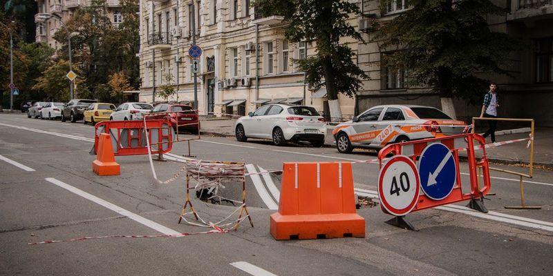 У центрі Києва біля Офісу Президента провалився асфальт