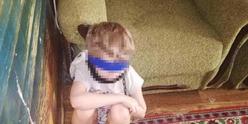 У Дніпрі опікунка зав'язала дитині очі, обмотала скотчем та посадила на  ланцюг