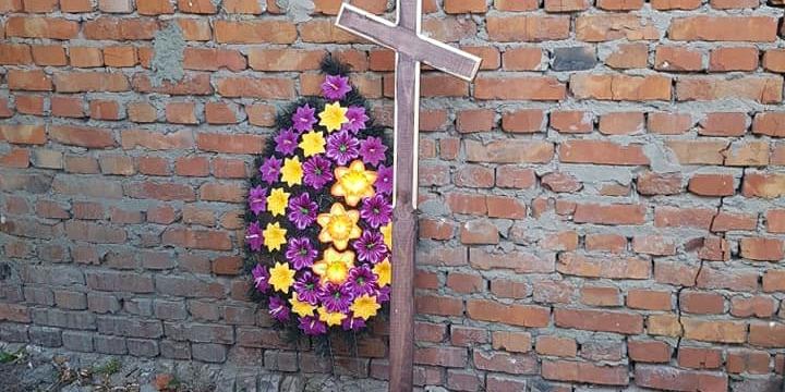 На Харківщині принесли вінки, могильний хрест і сокиру до офісу та квартири адвоката-антикорупціонера