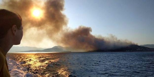 У Греції туристів евакуювали через потужні лісові пожежі