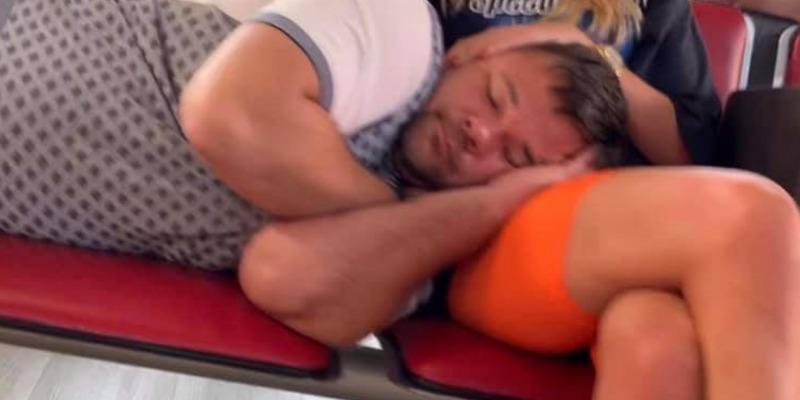 Після вечірки в Сен-Тропе Богдан заснув в аеропорту на дівочих колінах