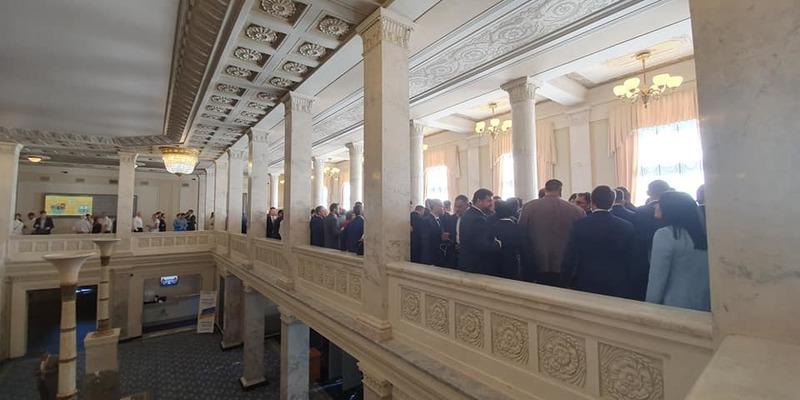 Народні депутати 9 скликання склали присягу і пішли на довгу перерву (фото)