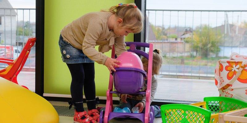 Чоловіки-вихователі, прогулянки у будь яку погоду і жодного цукру: особливості дитячих садочків Данії (відео)