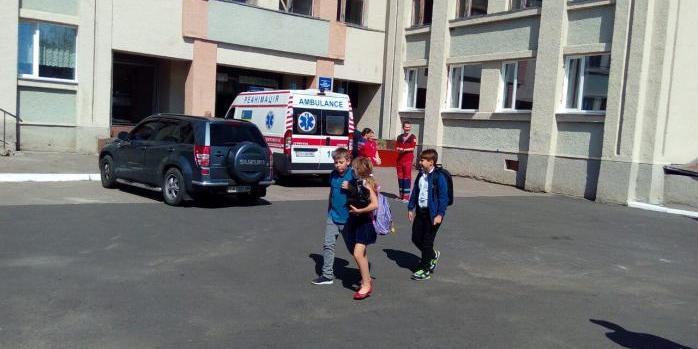 На Черкащині в школі розпорошили газ: евакуйовано 250 дітей, 20 із них госпіталізовано (ФОТО)