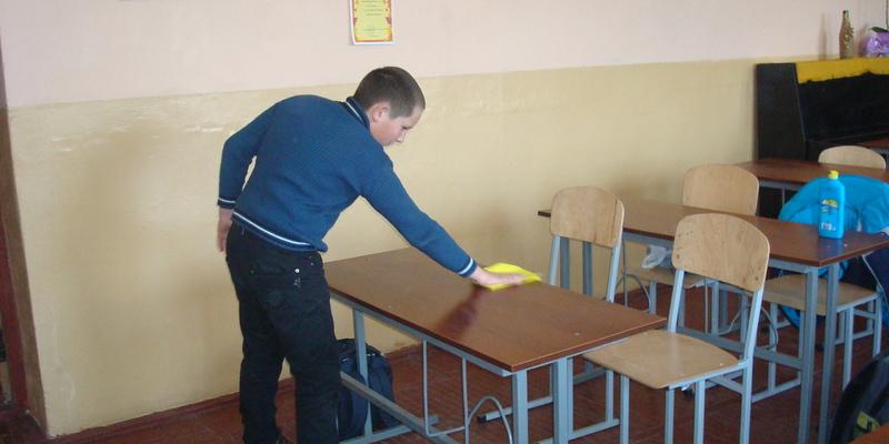 Учень змушений прибирати клас, бо мама не здає на це гроші (відео)
