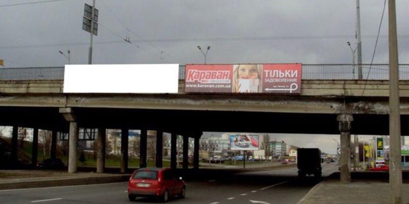 З мосту в Києві падає каміння (фото)