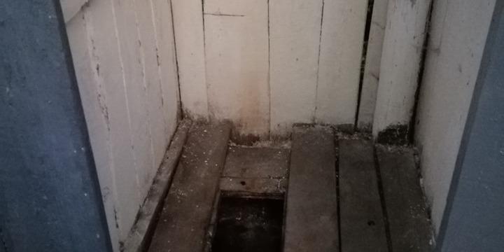 У школі на Закарпатті першачок провалився у вигрібну яму: випадок – не перший (фото)