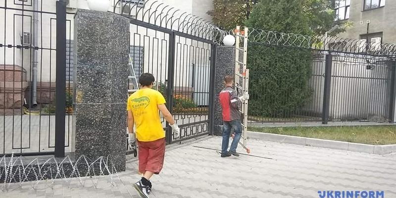 У Києві біля посольства РФ демонтують колючий дріт