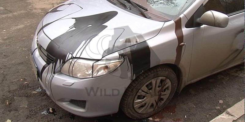 У київському ЖК 30 машин облили кислотою, яка роз'їла все до металу