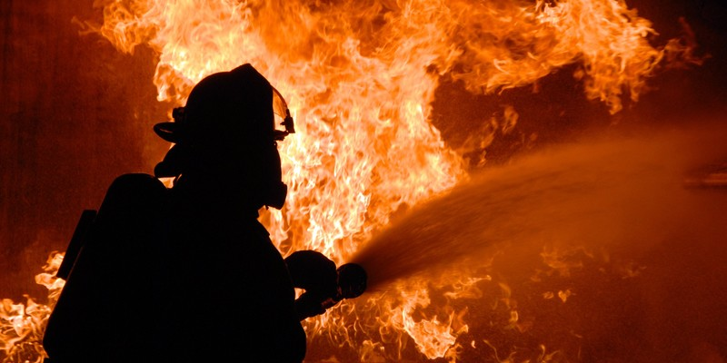 Вночі у Києві горів склад: вогонь перекинувся на офісну будівлю (відео)