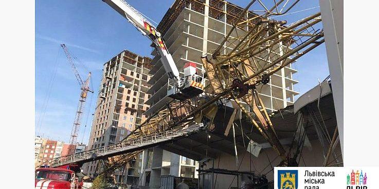 У Львові будівельний кран упав на ТЦ, постраждала людина