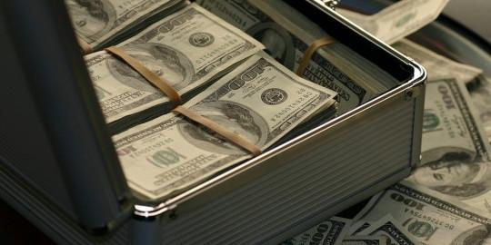 Заробітчани стали переводити більше грошей в Україну: названі вражаючі суми