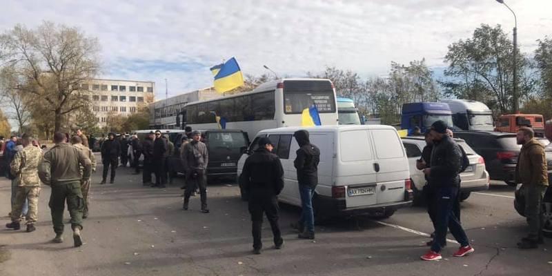 Розведення військ на Донбасі: між ветеранами АТО й поліцією відбулися сутички зі стріляниною