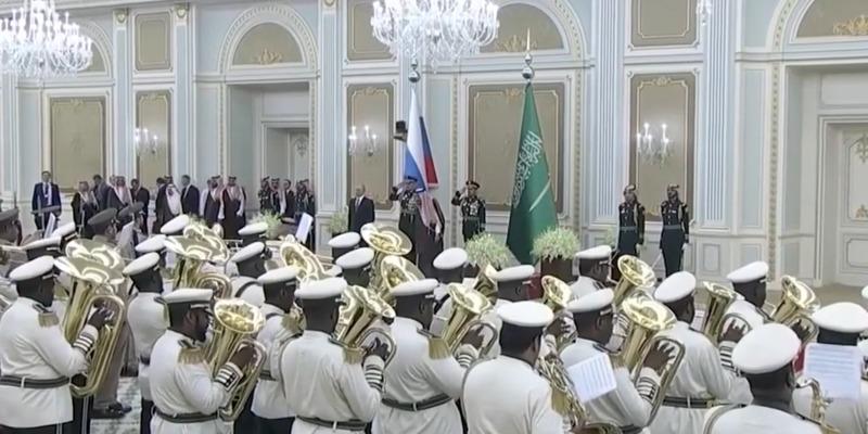 Оркестр Саудівської Аравії невдало намагався зіграти гімн РФ з нагоди візиту Путіна (відео)