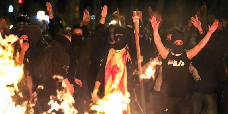 Ніч насильства в Барселоні: спалені авто, обстріл вертольота та кислота проти поліції
