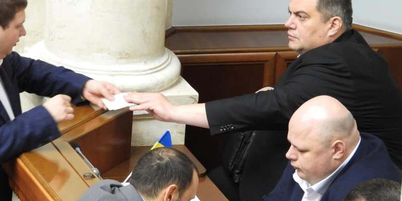 Чорти хабарництвом займаються: нардеп «Юзік» роздавав колегам у Раді квитки на «Квартал 95» (фото)